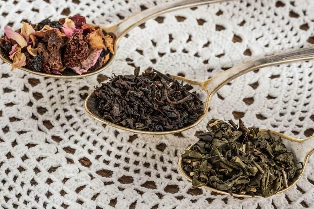 dried tea leaves in spoons